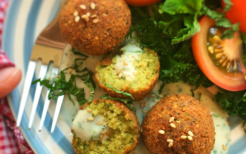Do you want your homemade falafels to be perfectly crispy and golden brown on the outside and cooked and fluffy on the inside? Use my 5 tips!