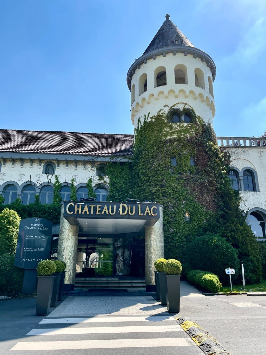 Sleeping in a former Schweppes factory? You can do that in the Martin's Chateau du Lac hotel, at a stone's throw from Brussels!